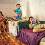 Anyu, hol laknak a szegények? – Burokból valóságba