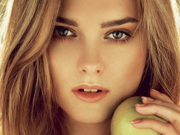 nő almával