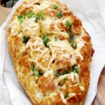 Kolbásszal és sajttal tűzdelt kenyér