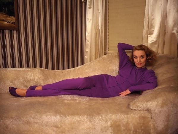 ab6e2249a0 A 30-as években egy európai nő diktálta a divatot Hollywoodnak is. A  maszkulin nőiesség megtestesítője, Marlene Diertich bevezette a nadrágot a  nők ...