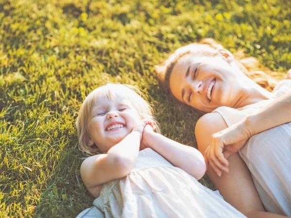 gyerek-anya-fűben