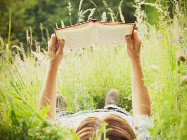 nő-olvas-a-mezőn