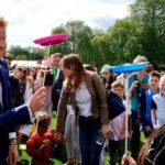 Szívhez szóló fotókon a brit királyi család tagjai, akik 850 árva gyereket láttak vendégül