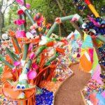 Elképesztően színes műanyag erdőt alkotott egy művész az újrahasznosítás jegyében