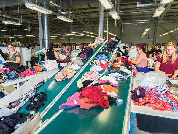 9ebe94bfad Aki járt már használtruha-üzletben (már csak a márkák alapján is), tudja,  hogy a hazánkba érkező pólók, nadrágok, sálak, cipők, plüssállatok  kilencven ...